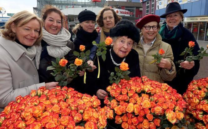 Damen des Leverkusener Zonta-Clubs verteilten in Wiesdorf 1000 Rosen, um über Gewalt an Frauen ins Gespräch zu kommen. FOTO: Uwe Miserius | RP Online
